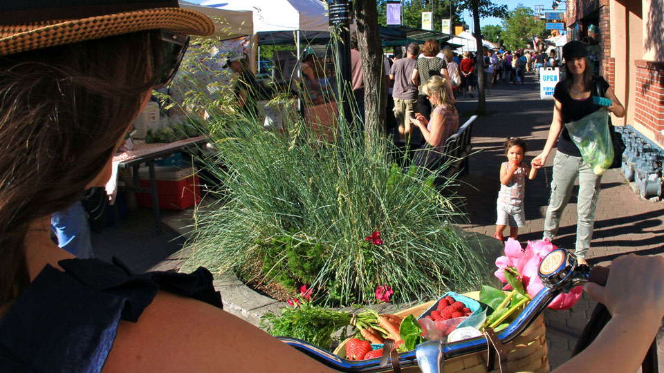 https://www.visitbend.com/wp-content/uploads/2018/04/bend-oregon-farmers-market-960.jpg