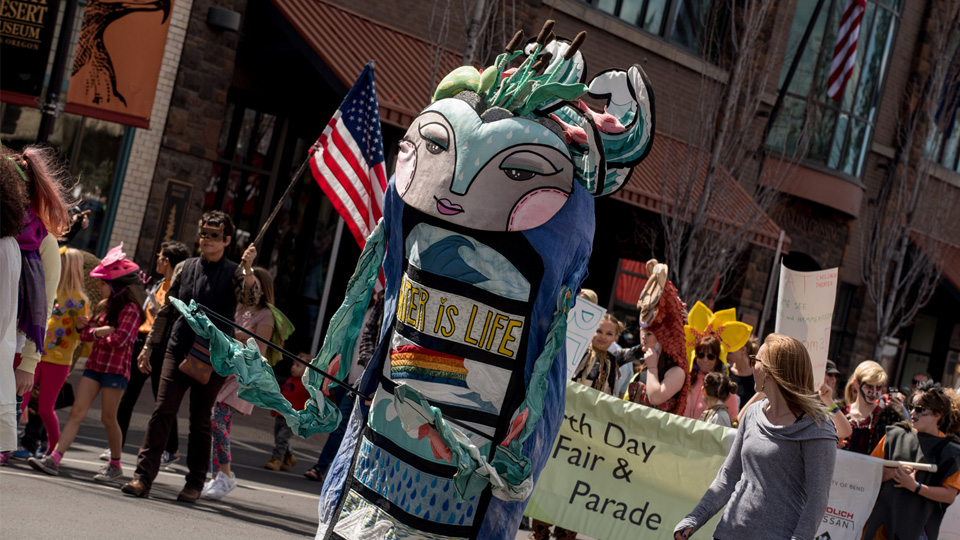 https://www.visitbend.com/wp-content/uploads/2019/03/Earth-Day-Parade-960.jpg