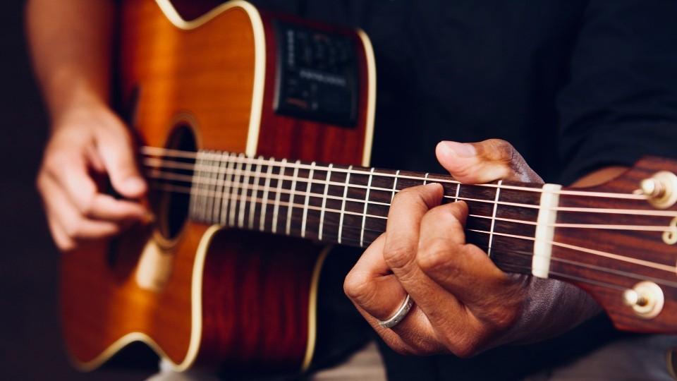 https://www.visitbend.com/wp-content/uploads/2020/01/Acoustic-guitar-songwriter-960.jpg
